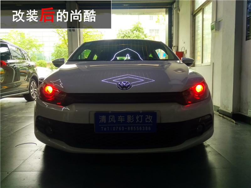 尚酷,英文名称Scirocco,拥有前卫动感的设计,被誉为大众汽车有史以来最具动感的双门轿跑车。既拥有出色的驾驶性能,又兼具实用功能,配备四个成人座椅,并拥有超大的行李舱,是一辆全天候高性能轿跑车。散热器格栅和保险杠展示出不受流行式样影响的独立风格,前脸的上部区域被水平线条风格布局所主宰,设计简洁的2个前大灯之间布置着狭长的黑色高光泽进气格栅,下部区域与车身同色、布局清晰。 布置于发动机舱盖上前部的大众汽车徽标,成为它与大众汽车其他车型的一个不同之处。只有高配车型才配备氙气大灯,低配车型依然是卤素大灯。