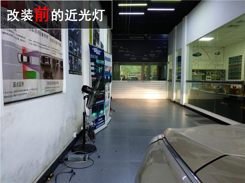 下面这台索纳塔原车大灯照明系统采用的是单光透镜加卤素光源,照明